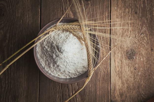Mąka i pszenica na drewnianym. leżał płasko.