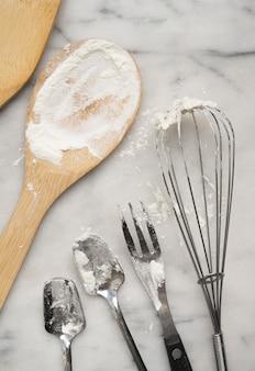 Mąka i śmietana na sztućcach