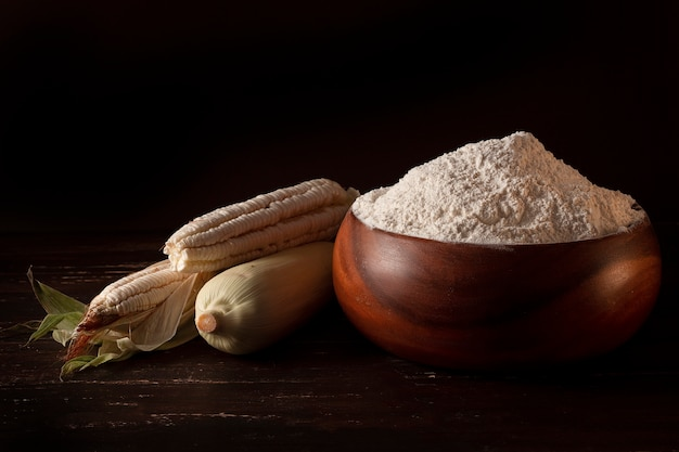 Mąka kukurydziana żywności na drewnianym stole