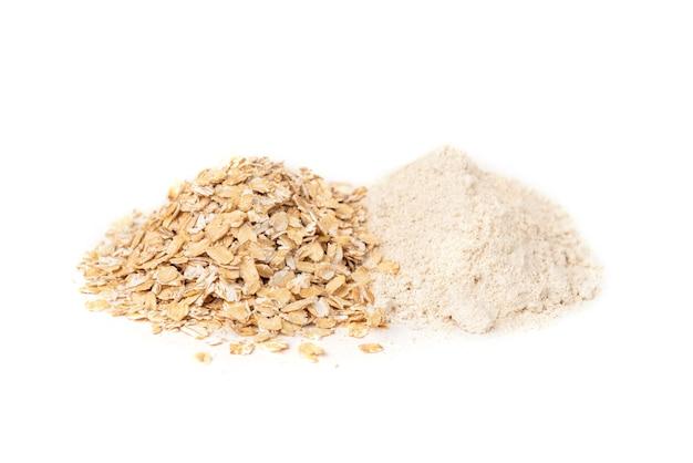 Mąka owsiana na białym tle.