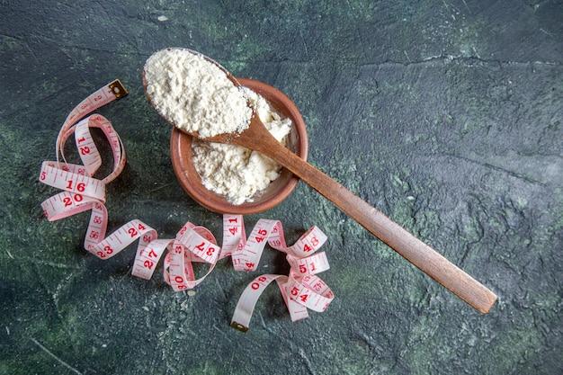 Mąka z widokiem z góry z centymetrami na ciemnym biurku