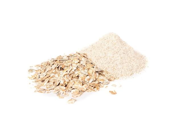 Mąka żytnia i płatki na białym tle.