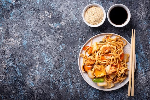 Makaron azjatycki z krewetkami i warzywami
