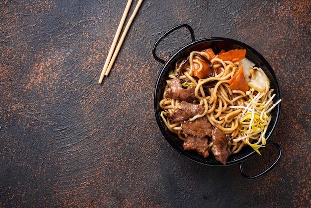 Makaron azjatycki z mięsem i warzywami