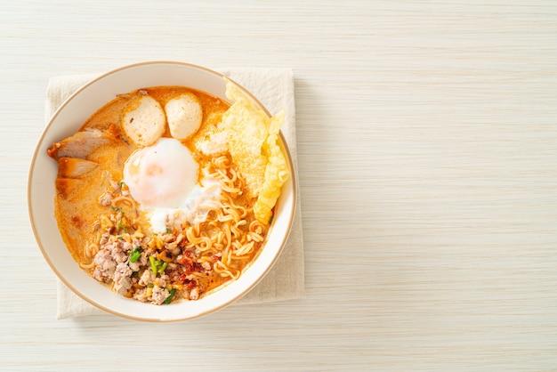 Makaron błyskawiczny z wieprzowiną i klopsikami w pikantnej zupie lub tom yum noodles po azjatyckim stylu