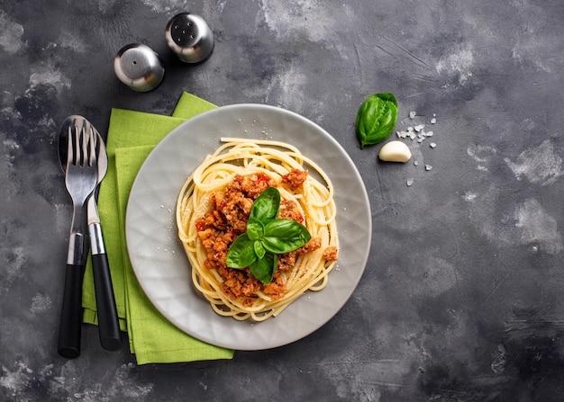 Makaron bolognese. spaghetti z mięsnym sosem