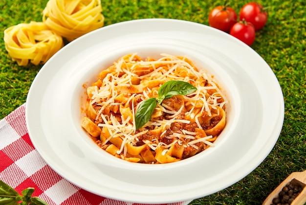 Makaron bolognese. tradycyjne włoskie danie z makaronu