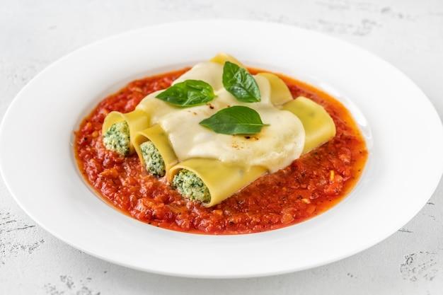 Makaron cannelloni faszerowany ricottą i szpinakiem z sosem pomidorowym