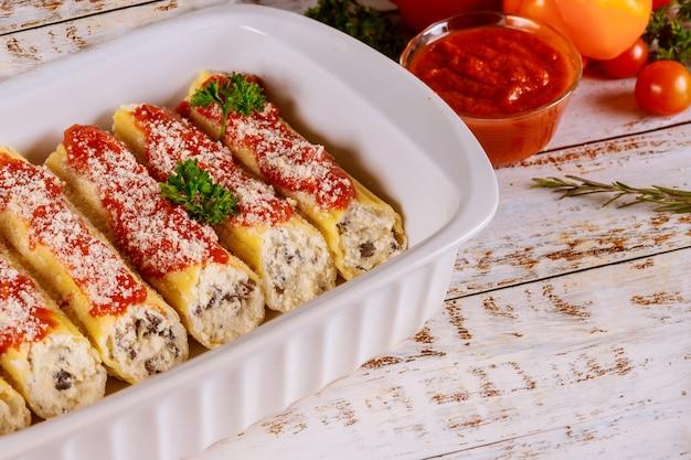 Makaron cannelloni nadziewany ricottą, pieczarkami i sosem pomidorowym