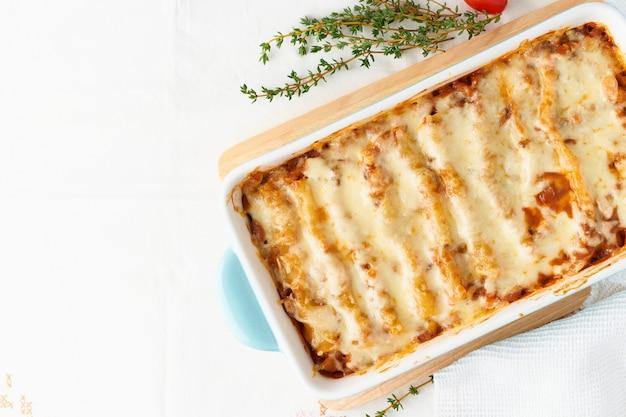 Makaron cannelloni z nadzieniem z mielonej wołowiny, pomidorów, zapiekany z beszamelowym sosem pomidorowym