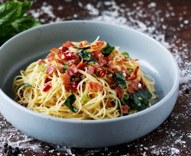 Makaron capellini z boczkiem chili, spaghetti z boczkiem