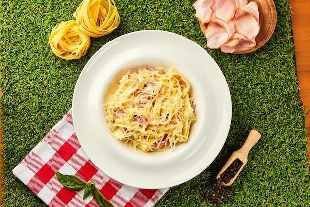 Makaron carbonara. tradycyjne włoskie danie