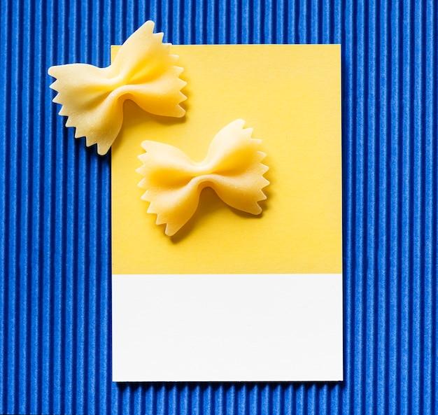 Makaron farfalle na żółtej kartce