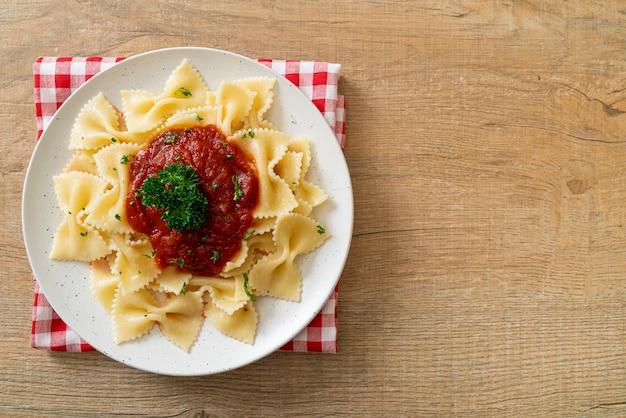 Makaron farfalle w sosie pomidorowym z pietruszką - po włosku