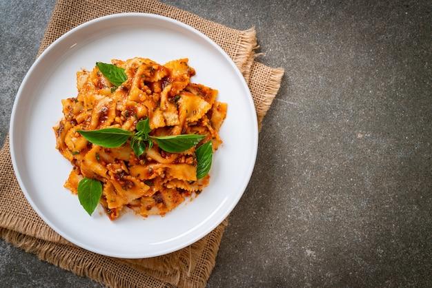 Makaron farfalle z bazylią i czosnkiem w sosie pomidorowym - sos włoski