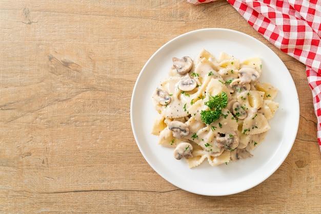 Makaron farfalle z sosem grzybowo-biało-śmietanowym - włoskie jedzenie