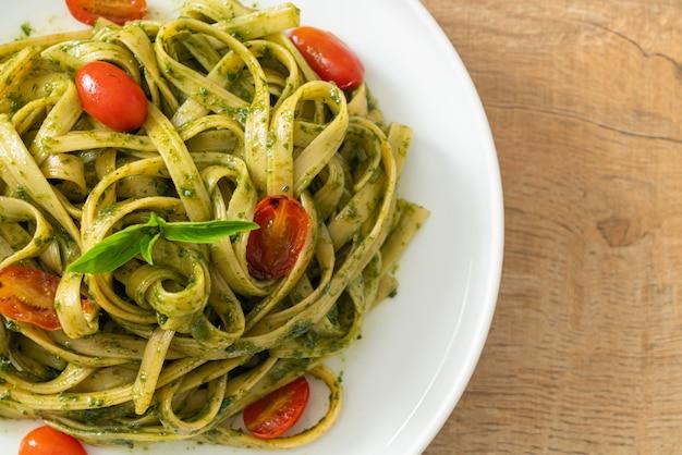 Makaron fettuccine spaghetti z sosem pesto i pomidorami - kuchnia wegańska i wegetariańska