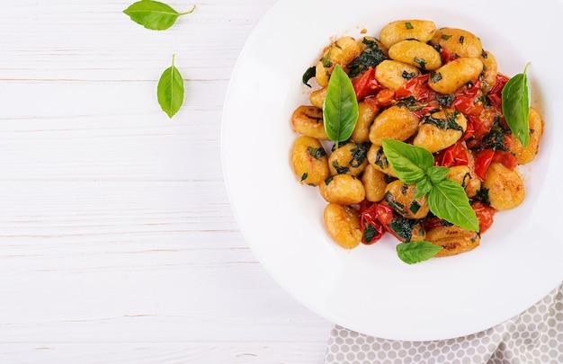 Makaron gnocchi w stylu rustykalnym. kuchnia włoska. wegetariański makaron warzywny. gotowanie obiadu. danie dla smakoszy. widok z góry