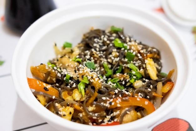 Makaron gryczany z kurczakiem i warzywami w stylu japońskim