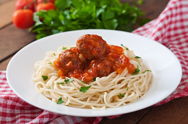 Makaron i pulpety z sosem pomidorowym