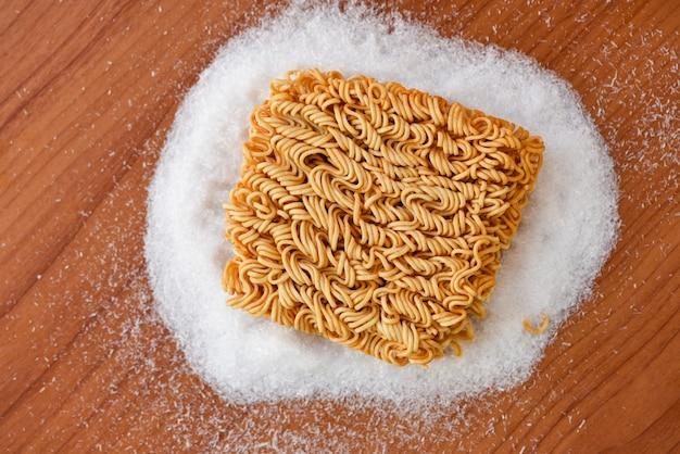 Makaron instant na przyprawach glutaminian sodu niezdrowe jedzenie niezdrowe jedzenie wiad