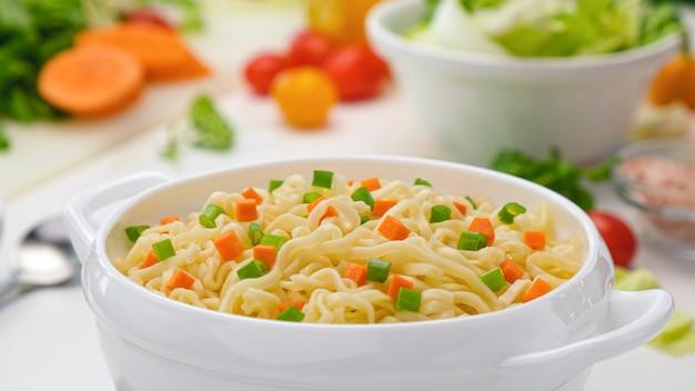 Makaron instant, podawany z warzywami i ziołami, pikantny azjatycki obiad