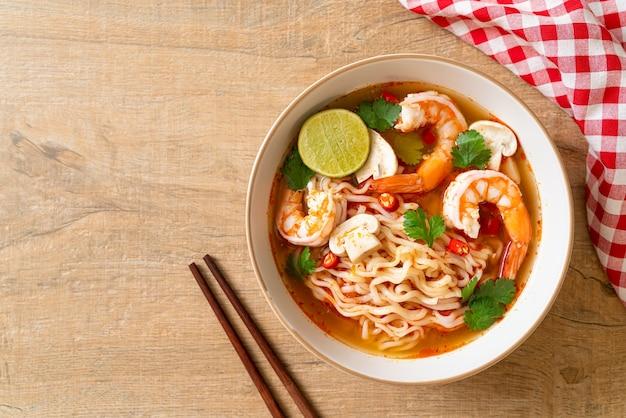 Makaron instant ramen w pikantnej zupie z krewetkami (tom yum kung) - kuchnia azjatycka