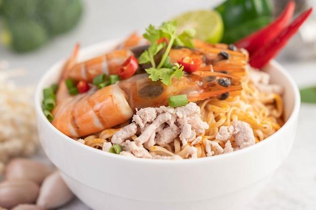 Makaron instant smażony z krewetkami i wieprzowiną.