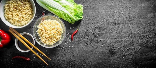 Makaron instant w miseczkach z kapustą pekińską i sosem sojowym.