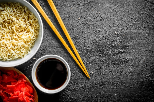 Makaron instant z sosem sojowym i imbirem na rustykalnym stole