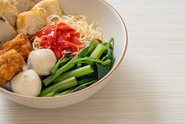 Makaron jajeczny z kuleczkami rybnymi i kuleczkami krewetkowymi w różowym sosie yen ta four lub yen ta fo - po azjatycką kuchnię