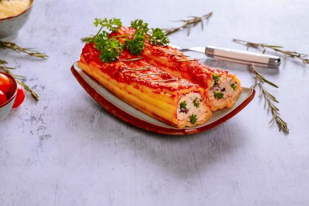 Makaron jumbo z ricottą, parmezanem i mięsem.