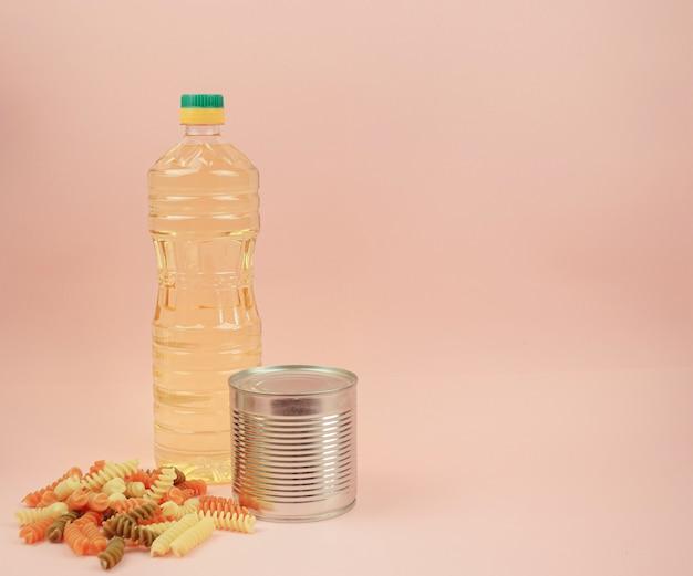 Makaron, konserwy, masło. pojęcie dostawy żywności, darowizny, akcji charytatywnej. copyspace.