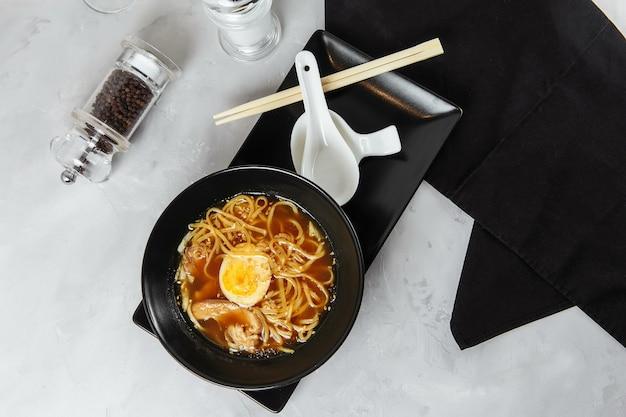 Makaron miska ramen z kurczakiem i jajkiem japońskie jedzenie chińskie jedzenie tajska kuchnia azjatycka fast food