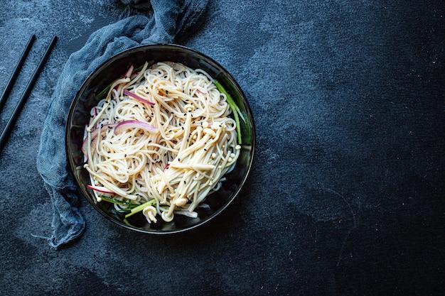 Makaron mrożony warzywa makaron celofanowy enoki miso ramen zupa funchose pho owoce morza