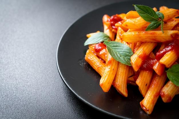 Makaron penne w sosie pomidorowym