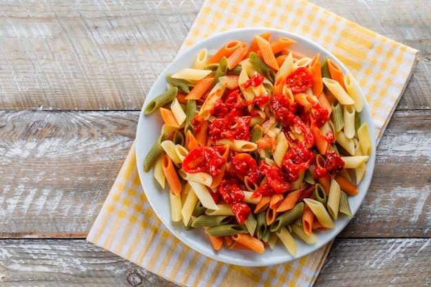 Makaron penne z pomidorem, sos na talerzu