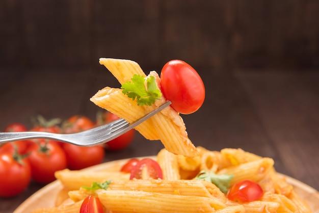 Makaron penne z sosem pomidorowym, włoskie jedzenie