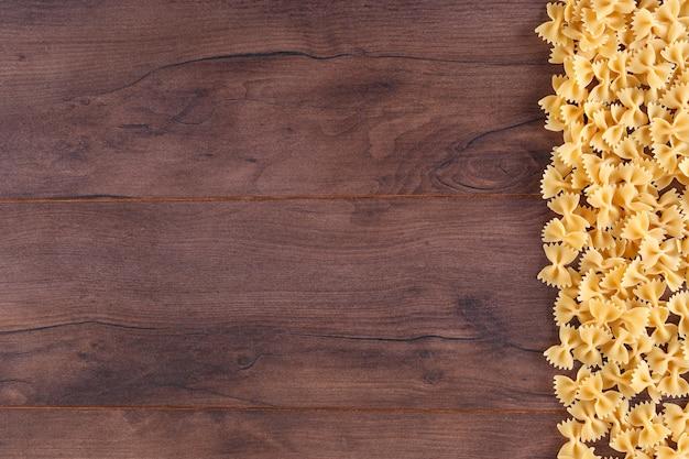 Makaron po prawej stronie drewnianej deski z miejsca kopiowania