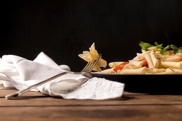 Makaron pod niskim kątem z warzywami