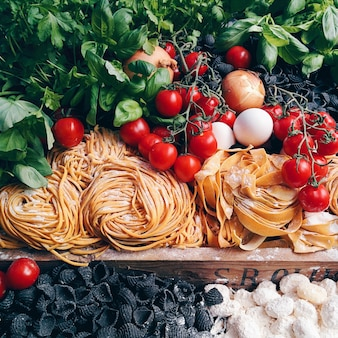 Makaron, pomidory i inne włoskie składniki