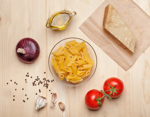 Makaron, pomidory, ser, czosnek na stole