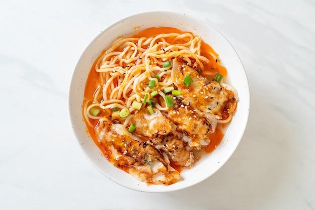 Makaron ramen z gyoza lub kluskami wieprzowymi - kuchnia azjatycka