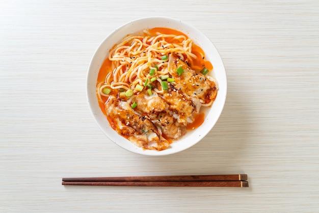 Makaron ramen z gyoza lub kluskami wieprzowymi