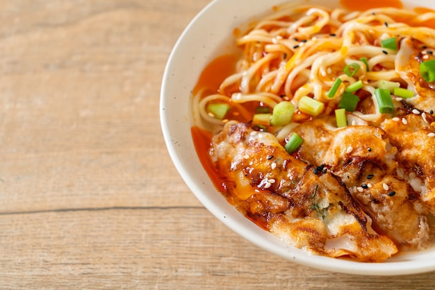 Makaron ramen z gyoza lub knedle wieprzowe. azjatycki styl żywności