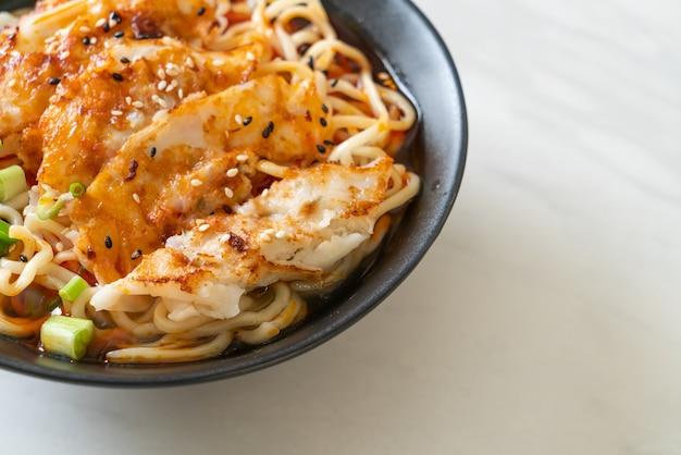 Makaron ramen z gyoza lub knedle wieprzowe - po azjatycką kuchnię