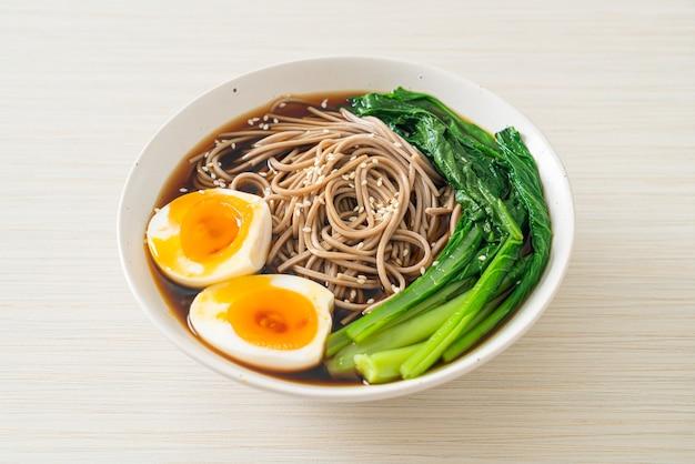 Makaron ramen z jajkiem i warzywami - w stylu wegańskim lub wegetariańskim