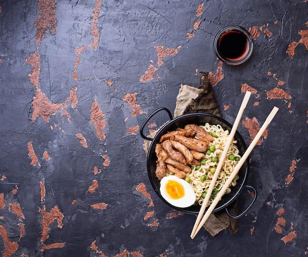 Makaron ramen z mięsem, warzywami i jajkiem