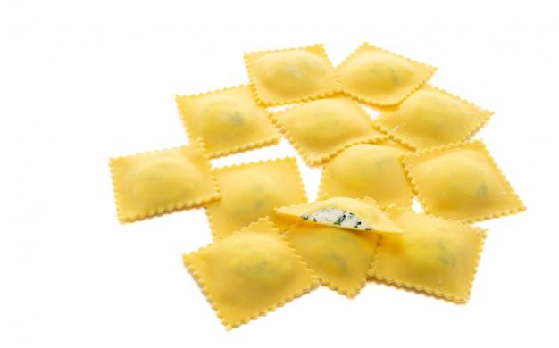 Makaron ravioli z serem ricotta na białym tle
