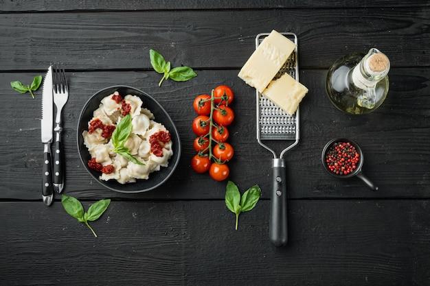 Makaron ravioli z sosem grzybowym i serem - włoski zestaw z parmezanem bazyliowym i pomidorem w czarnej misce